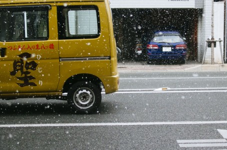 It's snowing in Kyoto.